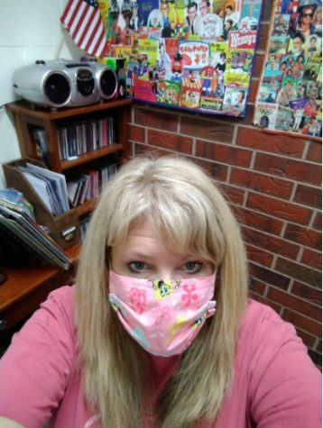Taking a moment to capture the first day of students returning to in-person learning, Special Education teacher Kim Mumma masks up!!!