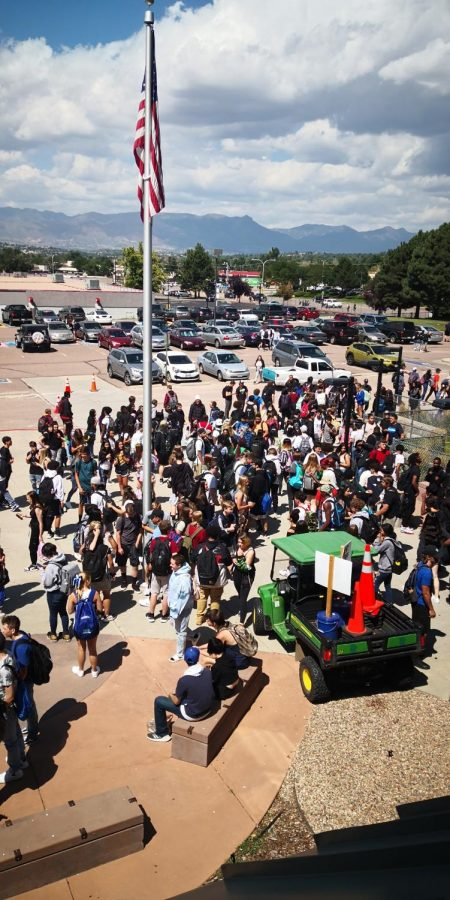 Students+crowd+around+the+front+doors+during+lunch+the+first+week.+Many+businesses+had+long+lines%2C+forcing+students+to+rush+to+get+back+to+make+sure+they+were+not+late+to+their+fifth+hour+class.